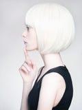 Mulher nova loura menina do penteado do prumo Fotografia de Stock