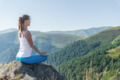 A mulher nova Meditate fotografia de stock royalty free
