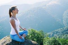 A mulher nova Meditate fotos de stock royalty free