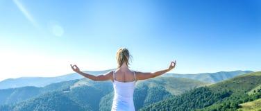 A mulher nova Meditate imagem de stock