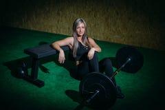 Mulher nova muscular da aptidão que levanta um crossfit do peso no gym Barbell do deadlift da mulher da aptidão Mulher de Crossfi Foto de Stock