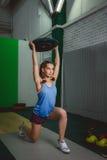 Mulher nova muscular da aptidão que levanta um crossfit do peso no gym Crossfit Fotos de Stock