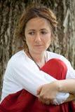 Mulher nova na blusa branca imagem de stock royalty free