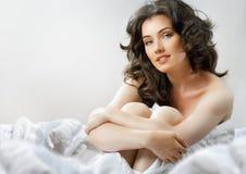 Mulher nova na cama na manhã Imagem de Stock Royalty Free