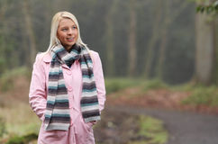 Mulher nova na caminhada do outono Imagens de Stock