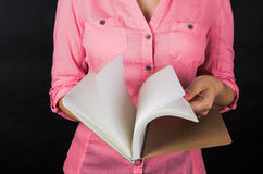 Mulher nova na camisa cor-de-rosa Foto de Stock