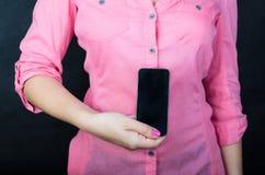 Mulher nova na camisa cor-de-rosa Foto de Stock Royalty Free