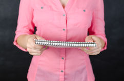 Mulher nova na camisa cor-de-rosa Fotos de Stock Royalty Free