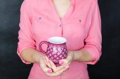 Mulher nova na camisa cor-de-rosa Fotos de Stock