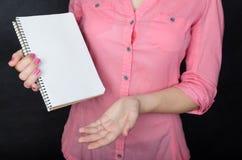 Mulher nova na camisa cor-de-rosa Fotografia de Stock