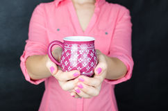 Mulher nova na camisa cor-de-rosa Imagem de Stock Royalty Free
