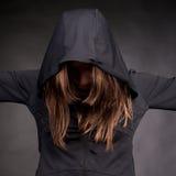 Mulher nova na capa com escondido fotografia de stock