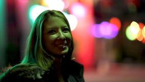 Mulher nova na cidade video estoque