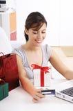 Mulher nova na compra em linha Imagens de Stock Royalty Free