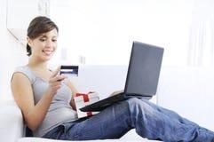 Mulher nova na compra em linha Imagem de Stock