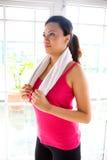 Mulher nova na engrenagem da aptidão Imagens de Stock
