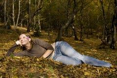 Mulher nova na floresta do outono Fotos de Stock