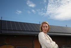 Mulher nova na frente da casa solar-psta foto de stock