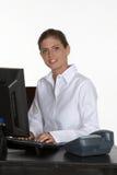 Mulher nova na mesa com computador e telefone Imagem de Stock Royalty Free