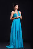 Mulher nova na moda no sorriso azul na moda do vestido fotografia de stock royalty free