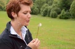Mulher nova na natureza Foto de Stock Royalty Free