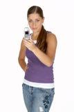 Mulher nova na parte superior de tanque roxa usando o telefone da câmera Fotografia de Stock Royalty Free
