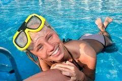 Mulher nova na piscina Fotos de Stock
