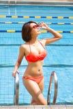 Mulher nova na piscina imagens de stock royalty free