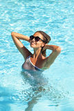 Mulher nova na piscina foto de stock