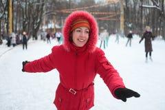 Mulher nova na pista de patinagem no parque Fotos de Stock Royalty Free