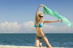 Mulher nova na praia Foto de Stock