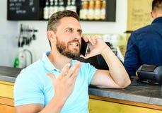 Mulher nova na praia do console de Formentera Fundo móvel do barista do café da conversação do homem Café da bebida ao esperar O  fotos de stock royalty free