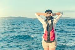 Mulher nova na praia no por do sol fotografia de stock