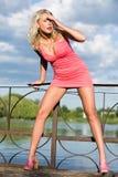 A mulher nova na roupa cor-de-rosa. Fotos de Stock Royalty Free