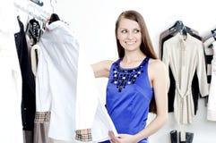 Mulher nova na roupa de compra da alameda Fotos de Stock Royalty Free