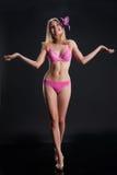 Mulher nova na roupa interior cor-de-rosa Fotos de Stock Royalty Free
