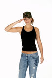 Mulher nova na saudação do chapéu camuflar fotos de stock royalty free