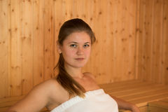 Mulher nova na sauna Imagem de Stock
