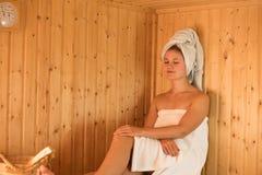 Mulher nova na sauna Fotos de Stock