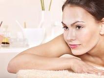 Mulher nova na tabela da massagem em termas da beleza. Imagens de Stock Royalty Free