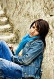 Mulher nova nas escadas de pedra Foto de Stock Royalty Free