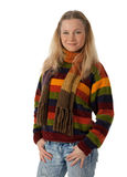 Mulher nova nas mãos da terra arrendada da camisola em uns bolsos Fotografia de Stock Royalty Free