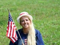 Mulher nova no ô do chapéu de julho Imagens de Stock Royalty Free