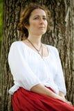 Mulher nova no assento branco da blusa imagens de stock royalty free