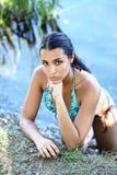 Mulher nova no banco de rio no retrato do biquini Fotografia de Stock Royalty Free