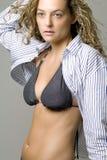 Mulher nova no biquini e na camisa aberta Fotografia de Stock Royalty Free