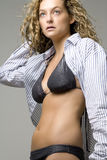 Mulher nova no biquini e na camisa aberta Foto de Stock Royalty Free
