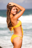 Mulher nova no biquini na praia Foto de Stock Royalty Free