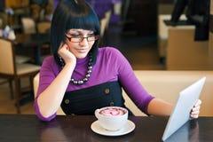 Mulher nova no café Fotografia de Stock Royalty Free