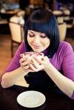 Mulher nova no café Fotos de Stock Royalty Free